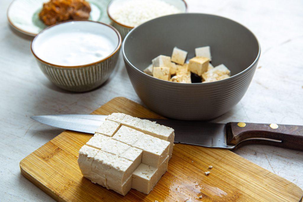 Tofu geschnitten und mariniert