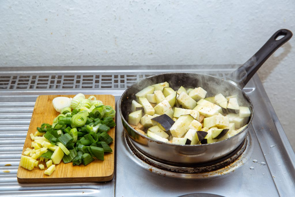 Tofu und Aubergine anbraten