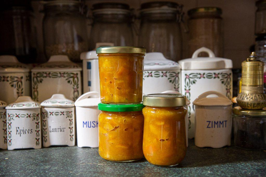 Orangenmarmelade vor dem Küchenschrank